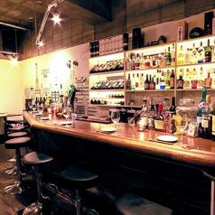 洋酒とセレクトワインが並ぶカウンター席では、目の前でシェフがお料理を振る舞います◎西荻窪/女子会/イタリアン/貸切/宴会
