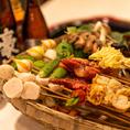 【3】《串を選ぶ》 ショーケースに、40種類に及ぶ串が並べております。野菜、肉、海鮮、内臓など!なんと全部税込77円です!かごを使って好きな具材をお選びください!ぜひいろんな種類の串を選んで、食べ比べてみてください♪