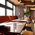 お一人様ずつ座れるソファ椅子と木製のテーブルを使用したお席です。小宴会や飲み会、女子会などにご利用ください。