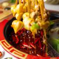 【4】《しゃぶしゃぶして召し上がれ》 串のまま具材を鍋にお入れください!そして串のままでたれをつけてお召し上ががりください。(会計時に串の本数を数えます)四川の国民食、グォバーインで素敵なひと時をお過ごしください!