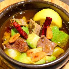 料理メニュー写真ALL¥500均一★柔らか牛タンと彩り野菜のアヒージョ
