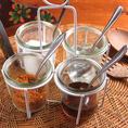 チョロン4点の調味料。タイではポピュラーな調味料♪ナムソム(タイのお酢)まろやかでさっぱりしています。ナムターン(お砂糖)意外な組み合わせがクセになります。ナンプラー(タイの魚醤)独特な香りがあります。プリックポン(粉唐辛子)辛さが足りない時にどうぞ。自分スタイルでカスタムしてみてください♪