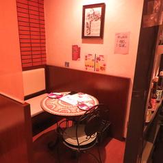 2名様テーブル席はデート、女子会に。シックな内観で落ち着いた時間を過ごせます。大切なあの人と特別な時間を・・・。