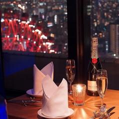 窓際カップルシート☆思わずため息の出そうな綺麗な夜景を望みながらのお食事は至福の瞬間!HEPの観覧車やライトアップされた大阪城などを一望。景色を独占しちゃいましょう!!