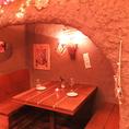 【人気のため予約必須!うわさの洞窟個室】オーナー手作り!こだわりの洞窟風半個室は、ムーディーな雰囲気で大人気!川崎の個室文化の先駆けとなったお席です。気の合うお仲間との飲み会や、女子会、合コン、誕生日、記念日などにご利用ください。人気のお席ですので、ご予約をおすすめします。
