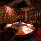 ゆったりとお寛ぎいただけるテーブル席です。すべての個室には鉄板を完備しており、シェフが目の前で調理いたします。完全個室なので、喫煙も可能です。また、すべての個室をつなげて最大34名様までのお集りにも対応しております。記念日や接待など大切な日のお食事にはぜひ当店をご利用ください。