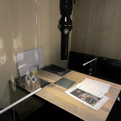 席と席の間には飛沫防止対策として透明ロールカーテンを設置。