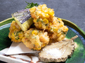 料理メニュー写真玉蜀黍(とうもろこし)と帆立のかき揚げ