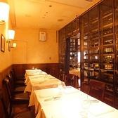ワインセラーに囲まれた半個室席(12~16名様)。大人数のパーティーにおすすめな半個室です。