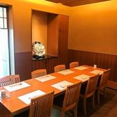 団体様用の個室は8名様までご利用頂けます。扉で仕切られた個室で、プライベートな空間でお食事をお愉しみ頂けます。