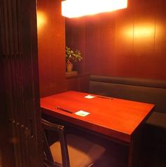 【デートや接待に◎少人数個室】2名様~最大45名様迄ご利用いただける個室をご用意しております。木を基調とした落ち着きのある店内でこだわりの和食と全国各地の日本酒を楽しみませんか?女子会・合コン・飲み会等の各種ご宴会は、「魚魯魚魯 渋谷宮益坂店」にお任せくださいませ。