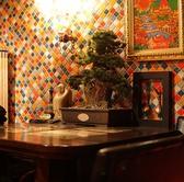 オシャレなタイルの壁のお席です。松の木の盆栽がおいてあります!
