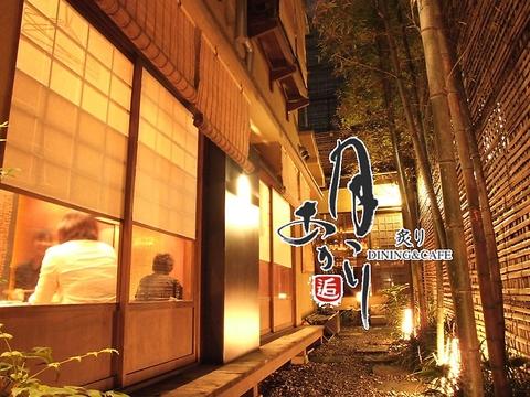 行灯に導かれ、細い路地を行くと…京町屋の一軒家が。