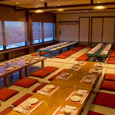宴会場貸切で最大70名様、ホール貸切で最大70名様。カウンター席等も使用で、最大でも160名様貸切可能です。
