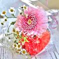 《要予約》アニバーサリーケーキと一緒に花束のプレゼントはいかがでしょうか?可愛いブーケサイズの花束もご用意致します!500円(税抜)