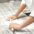 【窯焼きピッツァ-2】 機械ではなく手で、一枚一枚丁寧に生地を伸ばします