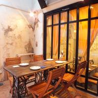 《ワインと綺麗な夜景を楽しめる開放的なテラス席》