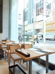 ■4名様掛け 窓際テーブル■大きなガラス窓1枚隔てて銀座メインストリート「中央通り」に面するお席。明るくまるでテラス席のような解放感に包まれます。