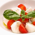 料理メニュー写真最高級水牛モッツァレラとチェリートマトのカプレーゼ
