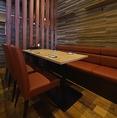 6名様向けのテーブル席をご用意しております。落ち着いた雰囲気でゆっくりお食事を楽しめます。女子会にも最適です。