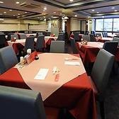 2階のホール席です。全60席の、メインダイニング。ご家族やご友人、カジュアルにお食事をお楽しみいただけます。2名様席や4名様席のご用意がございます。