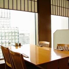窓際のテーブル席は、35階から眺める丸の内が一望できるロケーションになっております。