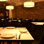 ダイニングスペースのテーブル席。ゆっくりとお食事を楽しんでいただけます。4人用テーブル×15卓