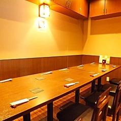 10名様がおかけできるようなテーブルにも変更可。木のぬくもり溢れる和の空間は、少人数でのお食事にも◎。落ち着いて会話とお料理をお楽しみいただけます。