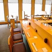 職人の技を目の前で見ることができるカウンター席は、それを目当てでご来店されるお客様もいるほど。