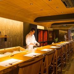 料理人の技が見えるカウンター席。大人が愉しめる広々としたカウンター席です。