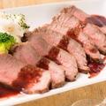 料理メニュー写真牛もも肉のローストビーフ ~赤ワインソースで~