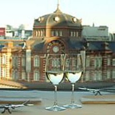 人気のある窓際席。東京駅を一望できます。
