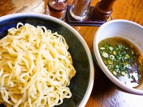 地域の食材と自家製麺にこだわりあり!弾力・歯ごたえのある極太麺はコシがあり美味。
