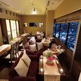 【ダイニング貸し切り】窓いっぱいの夜景に包まれるダイニング席の貸し切り。二人掛けのソファもあり、イベントやパーティーにもお使い頂けます。最大40名様までご利用可能ですので、各種ご宴会に是非ご利用ください。大阪の絶景を眺めながら楽しい時間をお過ごし頂けます。