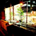 夜景を眺めながらお食事を楽しんで頂けるテーブル席。ゆったりとしたソファーで女子会やお誕生日などにも最適。【個室 町田 飲み放題 誕生日】
