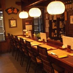 【1F】カウンター席ではお一人様でもお気軽にお食事を楽しんでいただける空間をお創りします。