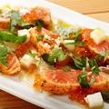 料理メニュー写真炙りサーモンの厚切りカルパッチョ