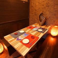 写真のお席は、4名様までご利用頂けるテーブル席です。和を基調とした間接照明と、木のぬくもりを感じる落ちついた雰囲気は、当店自慢の創作料理にピッタリ。食べ飲み放題コース2,700円(税抜)~ご用意しておリます。どうぞご賞味ください。