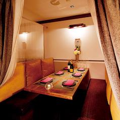 重厚感あるカーテンで仕切られた6名様用のソファー個室を4部屋ご用意しています!