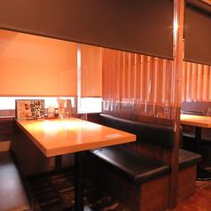 席ごとに仕切りあり!席同士の間隔もあり!気軽に楽しめるテーブル席もございます!