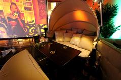 窓際から通りが一望できるラウンジソファー席です。ビーチ沿いにあるようなリゾートソファーなので雰囲気MAXです!迫力の大型モニターも♪