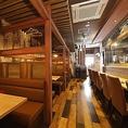 開放的なカウンター席。木のぬくもりが感じられる落ち着きある店内で、焼き鳥やお酒を気軽に味わうにはもってこいの空間です。