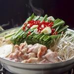 冬にピッタリのもつ鍋はスープが選べる仕様。焼肉屋だからこそできる新鮮なもつを使用。