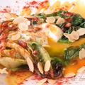 料理メニュー写真温泉卵とロメインレタスの焼シーザーサラダ
