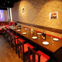 アメリカンダイニングをテーマに仕立てた店内にあるテーブル席。レンガ調の壁面が特長のオシャレな空間にあるテーブル席は、居心地の良さについつい長居してしまうはず!宴会の人数に合わせて、テーブル同士をつなげた横並びのパーティー席もご用意可能!宴会や女子会の際は当店をご利用ください。