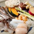 天ぷらを作るうえで最も難しいのは、揚げの行程。その日の美味しい食材の味を最大限に活かすため、最適な揚げ加減を見極めるのは長年の経験のみ。シンプルだけれど難しい。代々受け継がれた技が光る天ぷらを、是非ご堪能下さい。