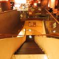 大きな階段を降りると洗練されたカジュアルイタリアンレストランが!