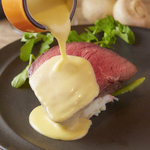 厚切りローストビーフ◆厚く食べごたえ◎チーズソースをたっぷりとかけてお召し上がりください!