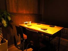店内奥のテーブル席。落ち着いた雰囲気でプライベートな飲み会におすすめです。