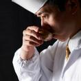 食材を仕入れて店内で調理、焼き立て・揚げたて・にぎりたて・出来立ての美味しさにこだわって、手間ひまを惜しまないのがかごの屋流です。熱い料理は熱いまま、冷たい料理は冷たいままをご提供するのもかごの屋のこだわり。お客様からご注文をいただき、最高のタイミングで味わっていただける努力を重ねています。